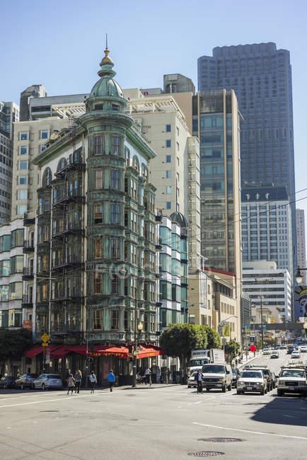 Vista da rua da cidade com edifícios, carros e pedestres em São Francisco — Fotografia de Stock