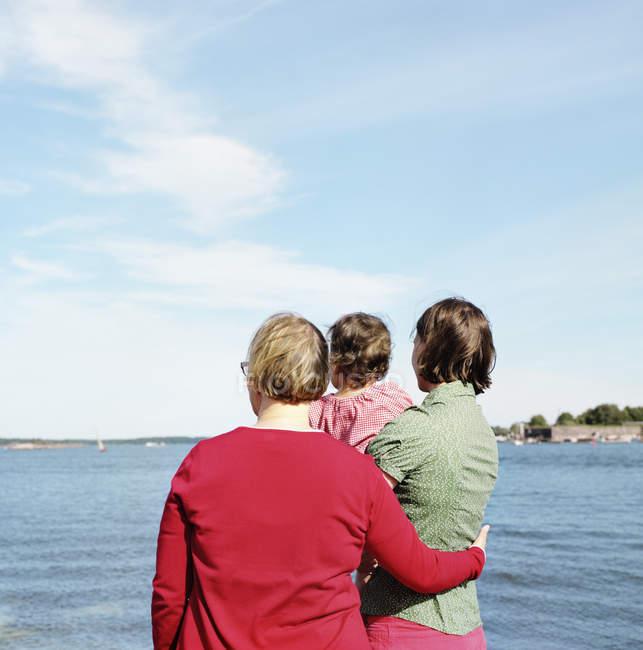 Vista posteriore di madre, figlia e nonna guardando la vista — Foto stock