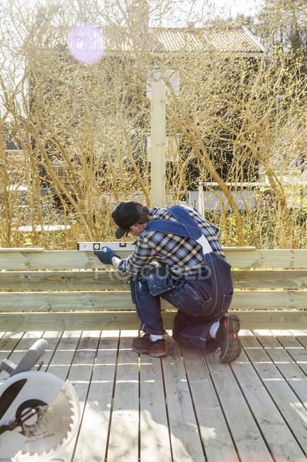 Человек, измерения угла с уровня на строительной площадке — стоковое фото
