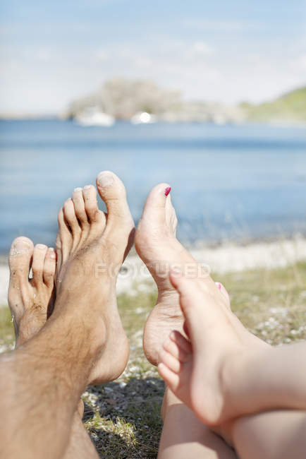 Blick auf Füße von drei Personen, Fokus auf Vordergrund — Stockfoto