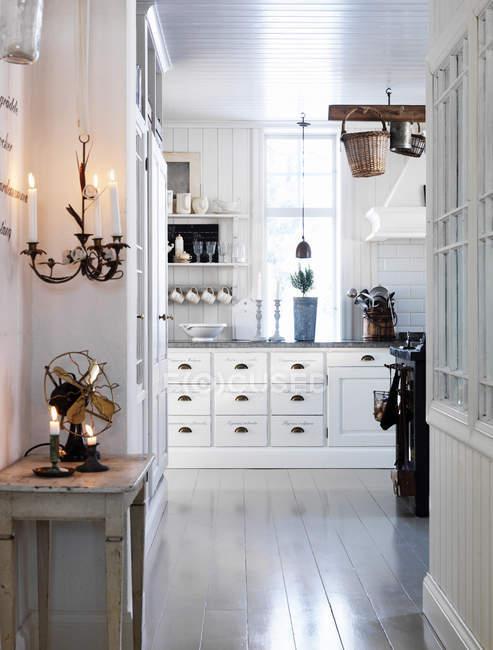 Vista do corredor e cozinha interior na casa de campo — Fotografia de Stock