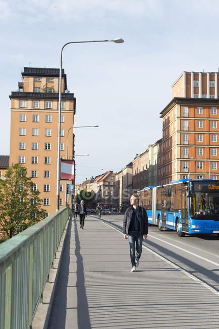 Homem adulto médio olhando para a ponte — Fotografia de Stock