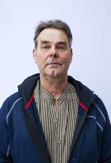 Portrait d'un homme mature sur fond bleu — Photo de stock