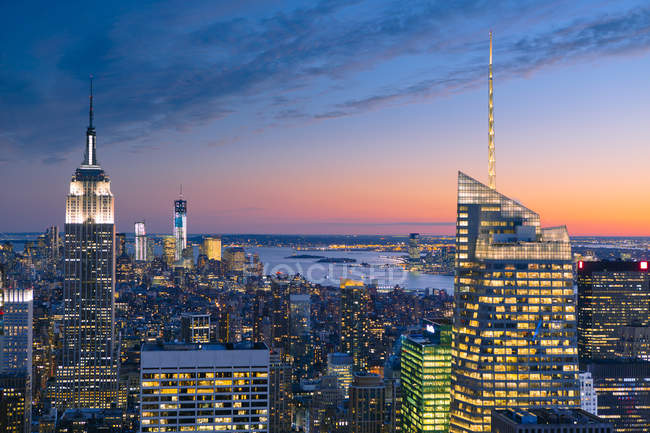 Gratte-ciel de New York City illuminé sous ciel coucher de soleil — Photo de stock