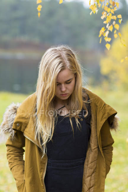 Porträt eines blonden Teenagers, der nach unten schaut — Stockfoto