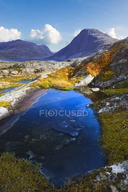 Piscine de montagne et rochers sous un ciel bleu à More og Romsdal, Norvège — Photo de stock