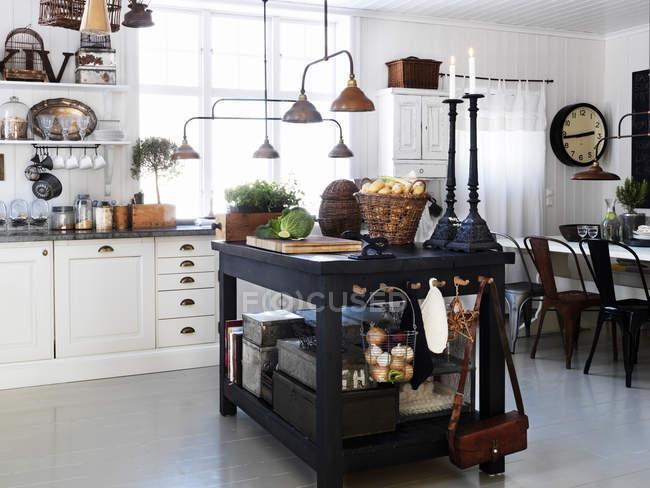 Vista do interior da cozinha na casa de campo — Fotografia de Stock