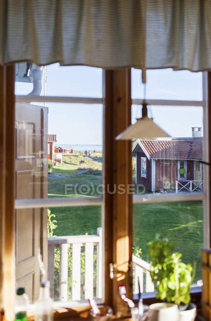 Vista dalla finestra della casa estiva, focus selettivo — Foto stock