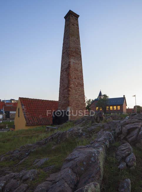 Traditionelle Räucherei mit Steinen auf Vorder- und Abendhimmel — Stockfoto