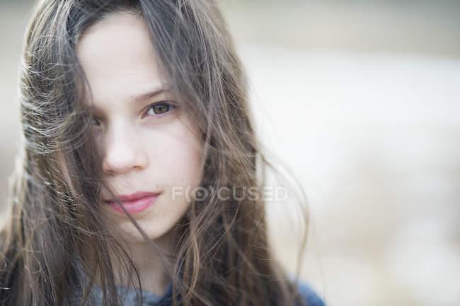 Portrait de jeune fille aux cheveux bruns malpropre, mise au point sélective — Photo de stock