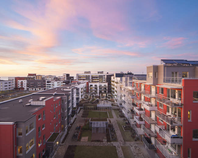 Wohnquartier Gebäude unter Sonnenuntergang Himmel — Stockfoto