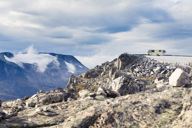 Наблюдения указывают на краю горной долине с дом на колесах — стоковое фото