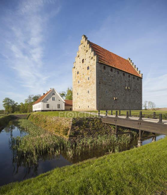 Средневековая крепость и водным путям в солнечном свете — стоковое фото