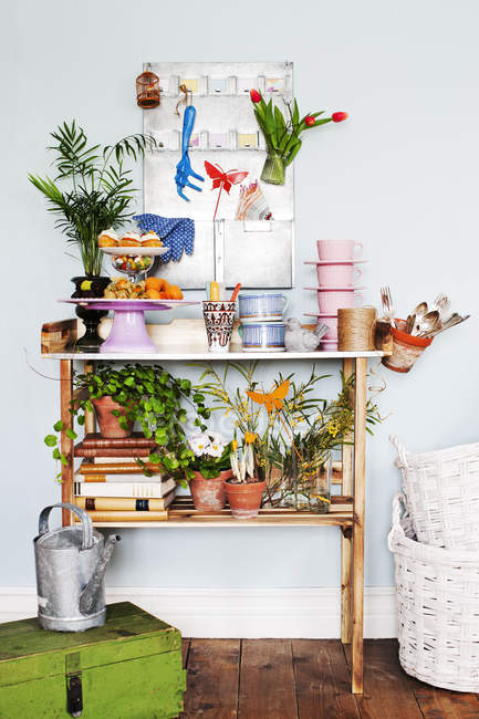 Front view of shelf with cakestand — Stock Photo