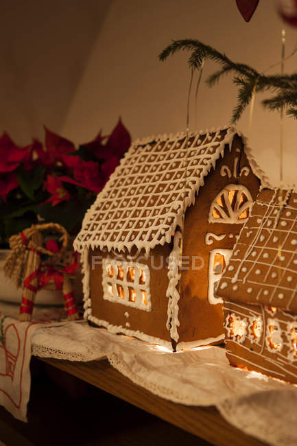 Beleuchtete Lebkuchen Haus und Weihnachtsdekorationen — Stockfoto
