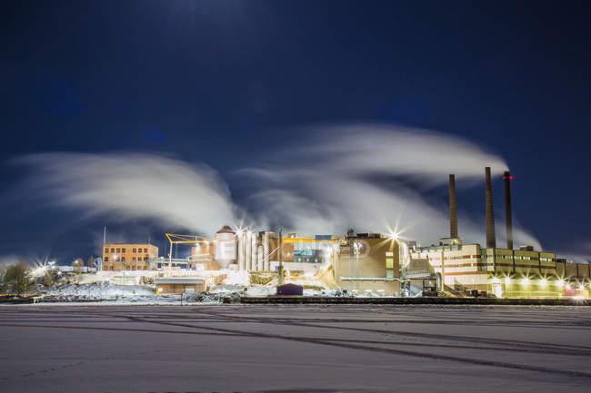 Longue exposition coup de fumée au cours de l'usine de papier dans la nuit — Photo de stock