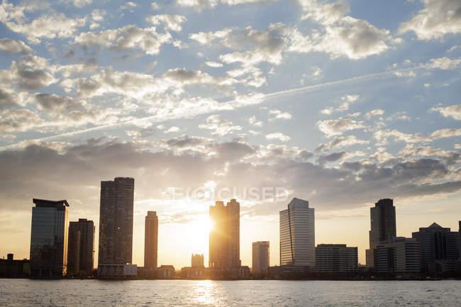 Hoboken Skyline am bewölkten Himmel bei Sonnenuntergang — Stockfoto