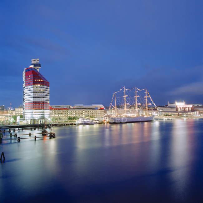 Вид города Гётеборг берега с Lappstiftet, строительство освещенной ночью — стоковое фото