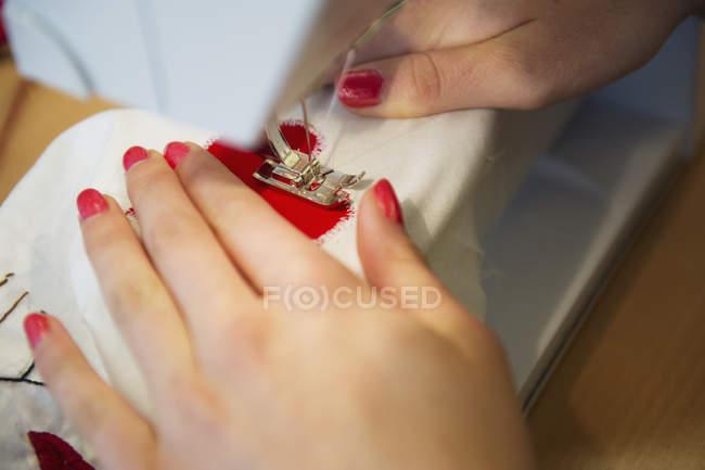Крупним планом постріл жіночих рук зшивання швейні машини — стокове фото