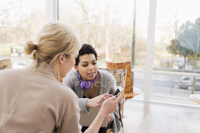 Two young women looking at smartphone — Stock Photo
