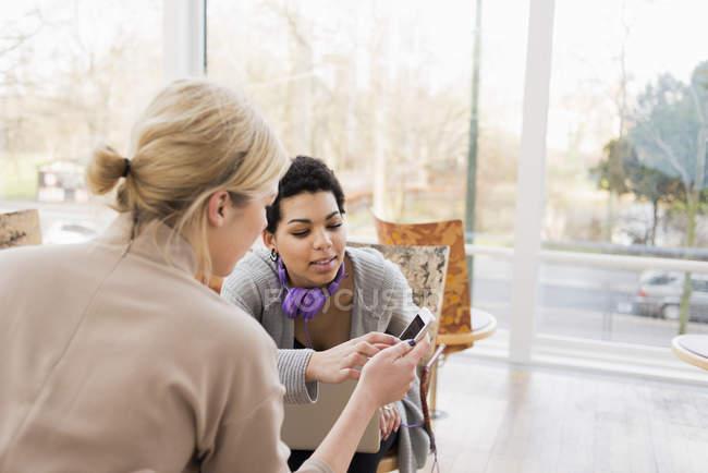 Zwei junge Frauen Blick auf smartphone — Stockfoto