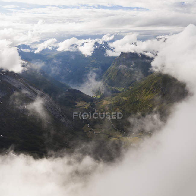 Vista aerea del paesaggio montagnoso sotto cielo nuvoloso — Foto stock
