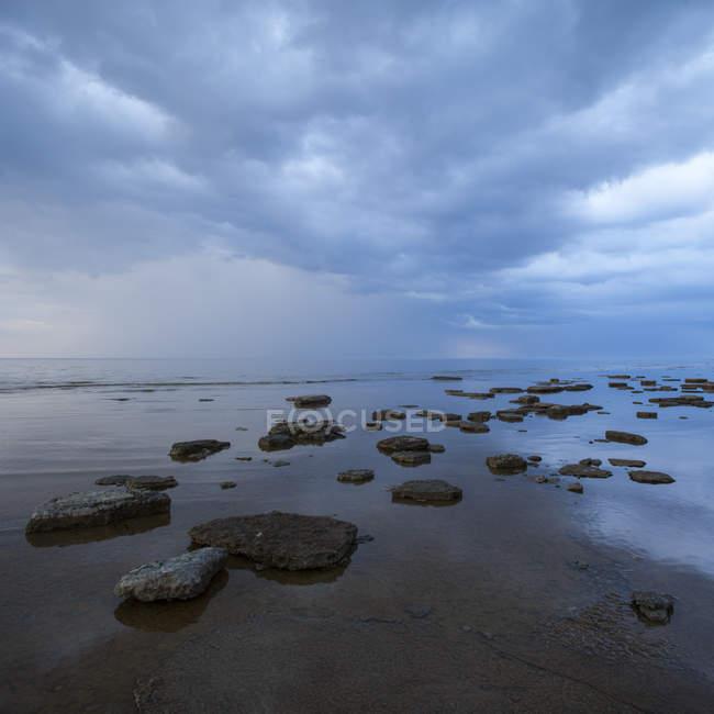 Vue de face de la plage de temps nuageux — Photo de stock