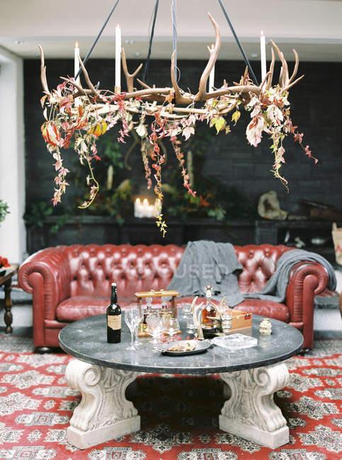 Tabelle mit Fülle von Flaschen mit Alkohol im Luxus-Zimmer — Stockfoto