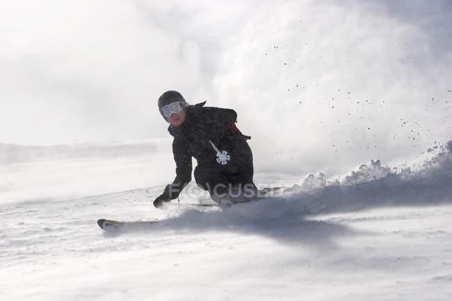 Mulher de esqui desce a ladeira na neve fresca em Andermatt, Suíça — Fotografia de Stock