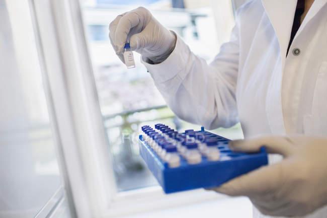 Wissenschaftler im Reagenzglas, selektiver Fokus — Stockfoto