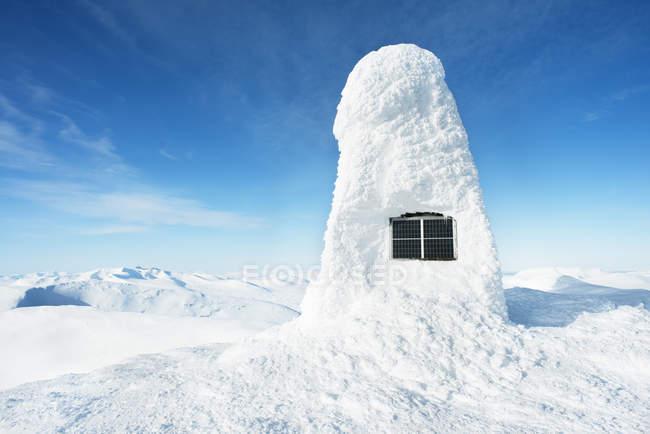 Panneau solaire dans la neige à Harjedalen, Suède — Photo de stock
