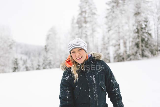 Портрет молодой женщины в зимнем пальто — стоковое фото