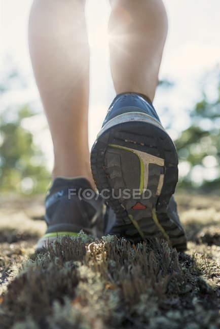 Vue rapprochée de womans jambes en chaussures de course — Photo de stock