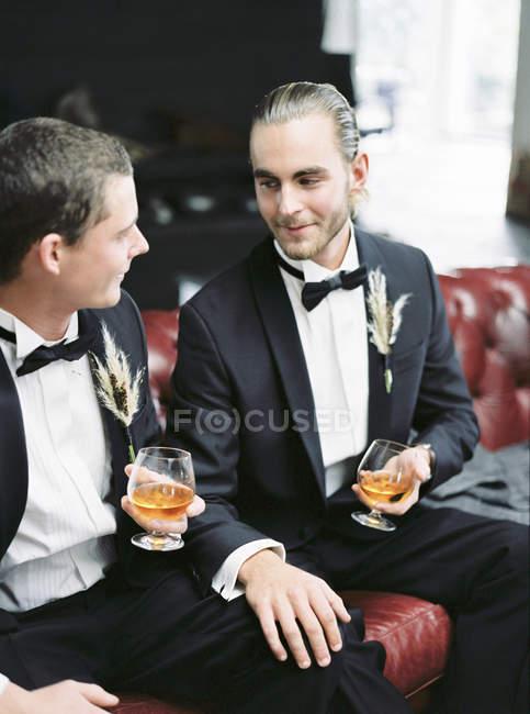 Casal casado sentado no sofá — Fotografia de Stock