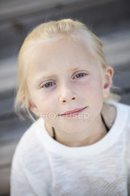 Портрет счастливой блондинки, избирательный фокус — стоковое фото