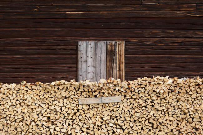 Brennholzstapel neben Holzschuppen — Stockfoto