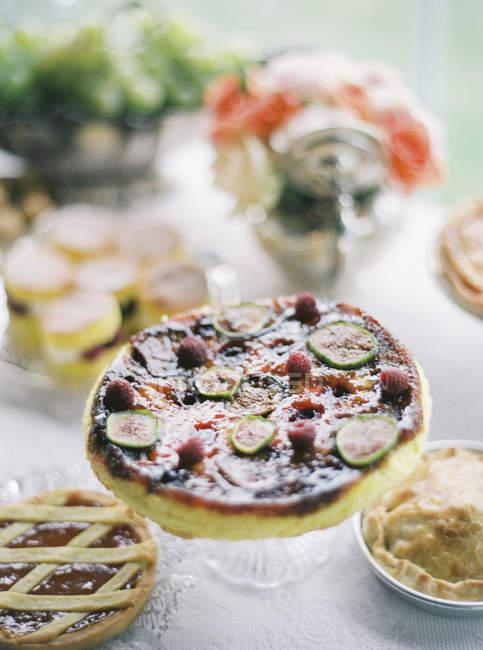 Tartes de fruta doce, servidos na mesa — Fotografia de Stock