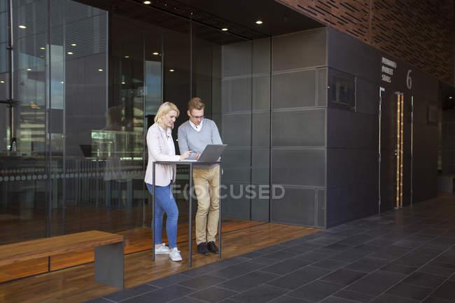Kollegen mit Laptop in Lobby, selektiver Fokus — Stockfoto