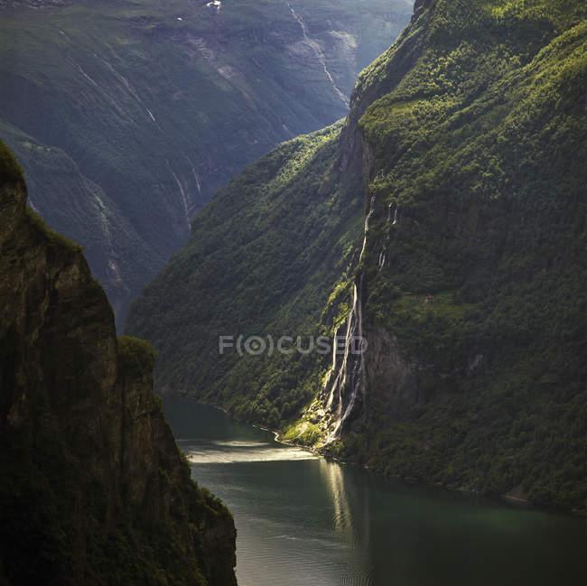 Семь сестер водопад и зеленые скалы — стоковое фото