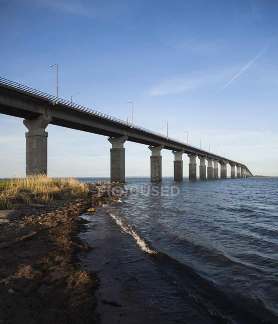 Vista de bajo ángulo del puente a la luz del sol, Kapelludden, Suecia - foto de stock