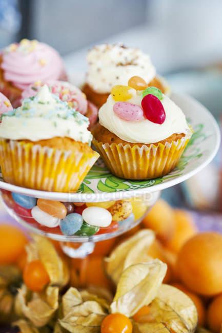 Cerrar tiro de coloridos cupcakes de cakestand - foto de stock