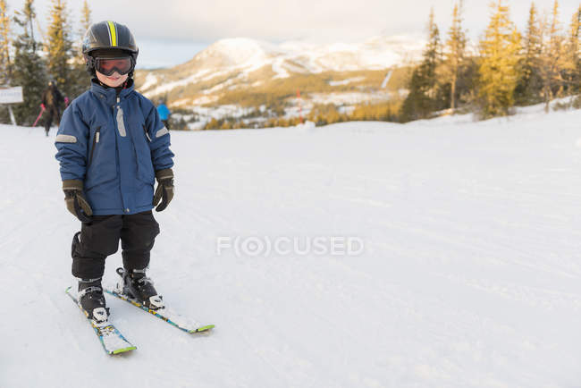 Rapaz com óculos de esqui, esqui nas montanhas no inverno — Fotografia de Stock