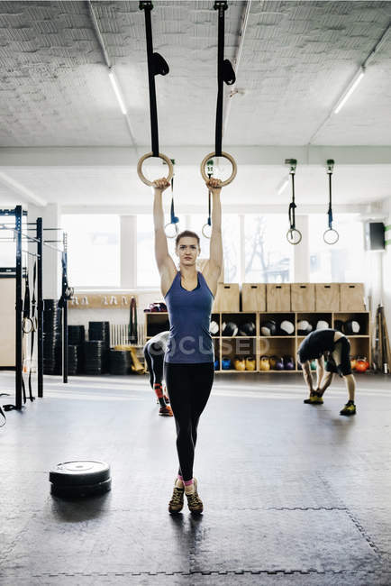 Joven formación de anillos de gimnasia - foto de stock