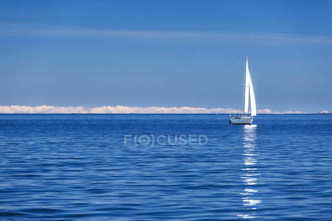 Vista frontale della barca a vela nel mare completo — Foto stock