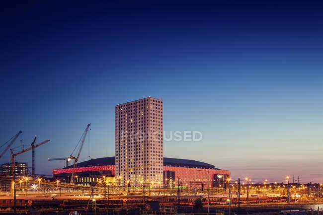 Vista de amigos Arena y edificios iluminados por la noche, Stockholm - foto de stock