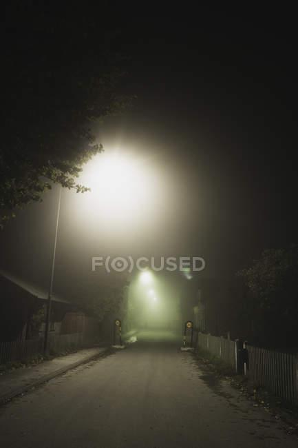 Vista da rua iluminada à noite, no norte da Europa — Fotografia de Stock