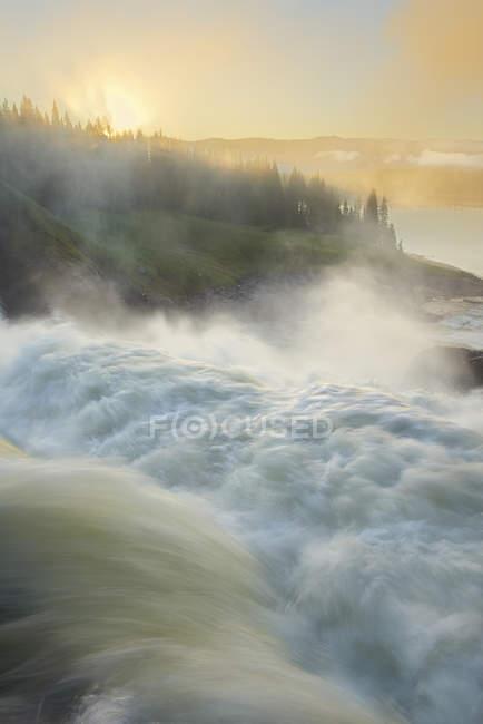 Размыты течет вода водопад Hylstrommen — стоковое фото