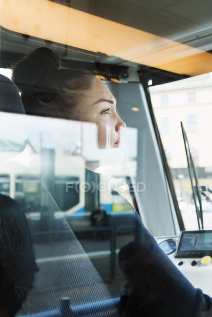 Conducteur de tramway féminin vu par la fenêtre — Photo de stock