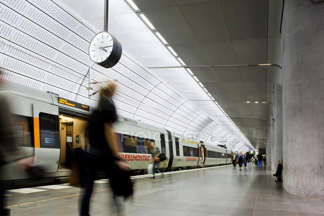 Люди, движущиеся на платформе метро на поезде — стоковое фото