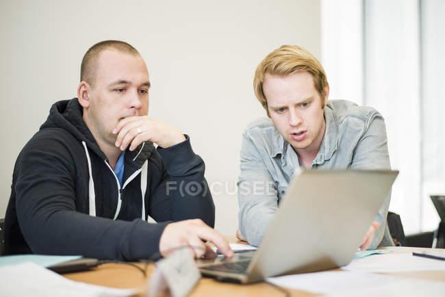 Середній дорослий чоловіків за допомогою ноутбука, селективний фокус — стокове фото